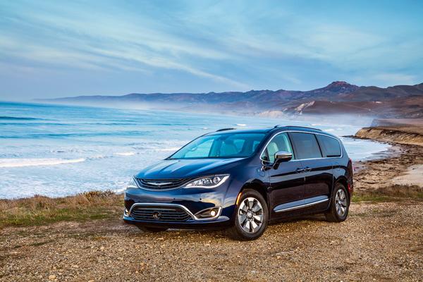 Chrysler Pacifica Hybrid 2018 angular front