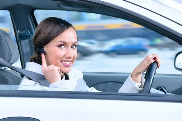 using bluetooth earbuds to receive phone calls while driving