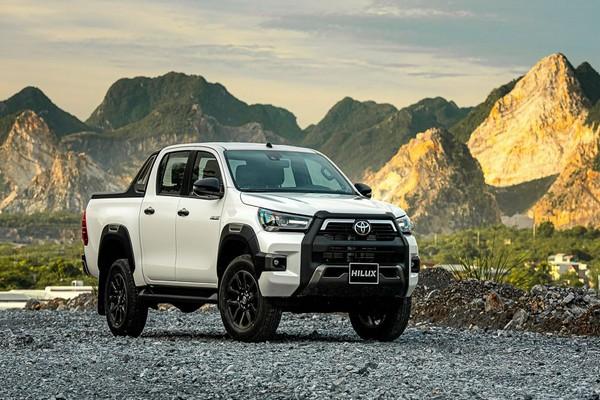 Toyota Hilux angular front
